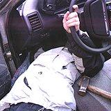 Выбивание стопора на замке автомобиля Lada-2110. Фото Сорокин К. Журнал Авторевю