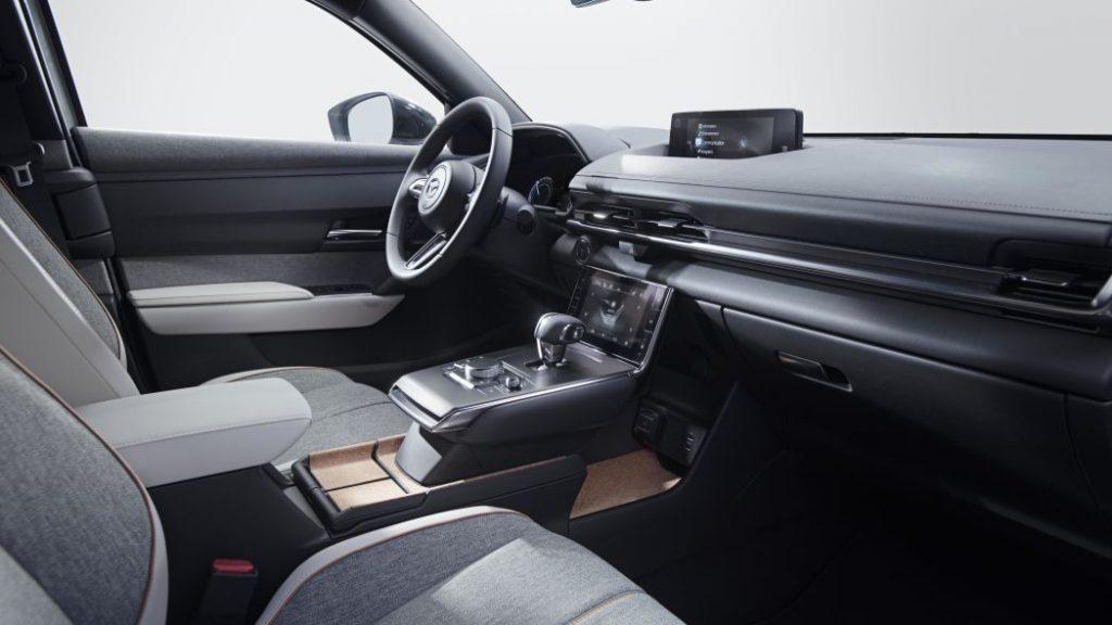 Кабина Mazda MX-30 внтури