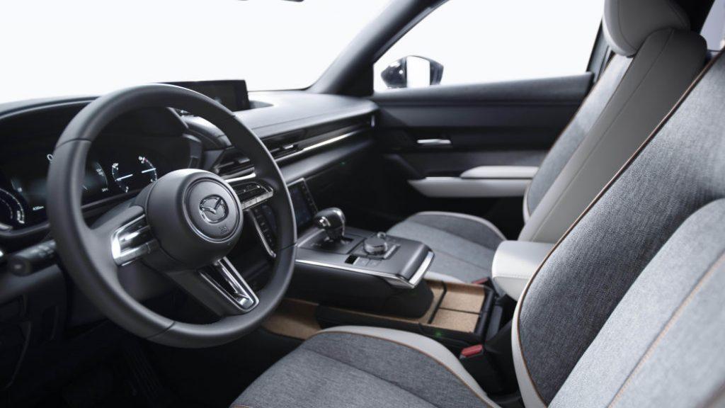 Руль и панель приборов Mazda MX-30